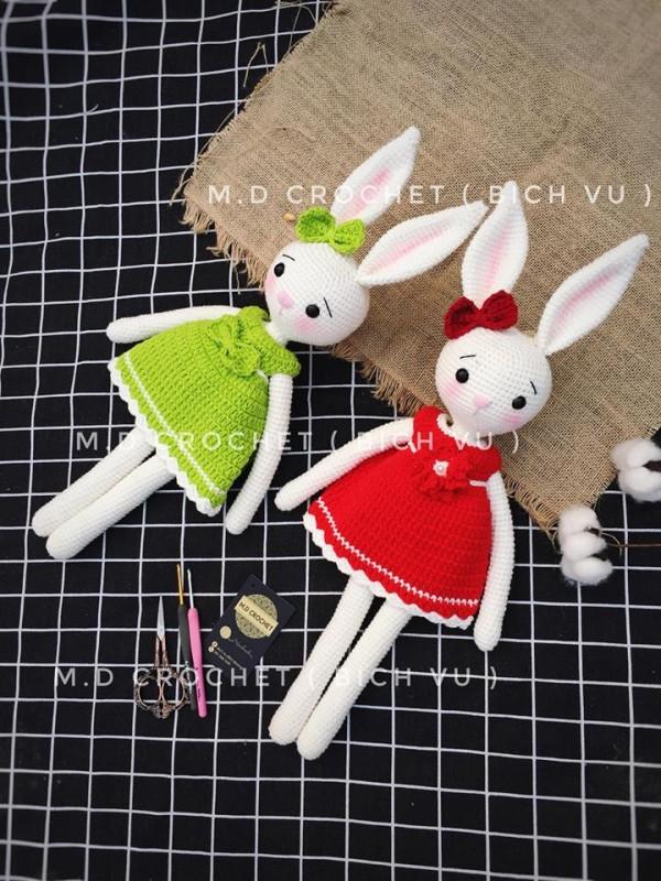 2 em thỏ xanh và đỏ