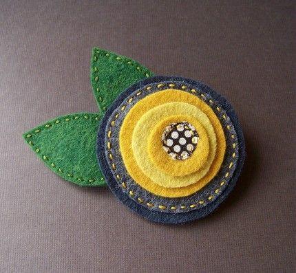 Mẫu số 1 làm bằng vải dạ đơn giản chỉ là cắt vải dạ thành hình tròn lớn nhỏ và ghép lại là ok.