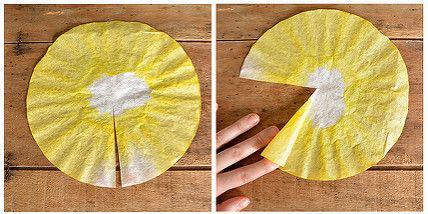 Cắt hình tròn như hình, sau đó vẽ màu lên giấy, để tạo ra độ đồng đều của màu sắc bạn chú ý không sơn màu đều lên giấy