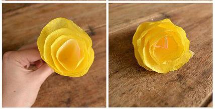Đồng thời, hãy đính lại và bạn đã có sản phẩm như hình. chúc các bạn thành công với cách làm hoa giấy màu vàng đơn giản.