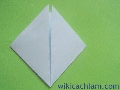 Bước 2: Gấp 2 cạnh của hình tam giác mới tạo ra thành hình thoi