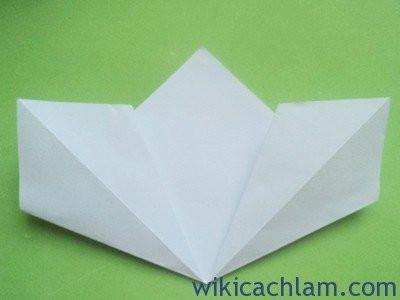 Bước 3: Bạn mở 2 cạnh vừa gấp ra, sau đó gấp đôi mỗi cạnh tạo hoa  như hình.