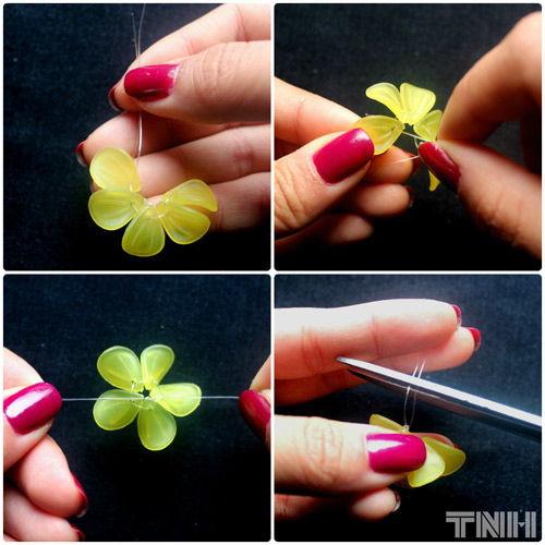 Bạn lần lượt xiên 5 cánh của bông hoa và thắt nút lại để kết thúc. Khi thắt nút bạn hãy  kéo đều dây để các cánh hoa dàn đều và không bị chồng lên nhau.