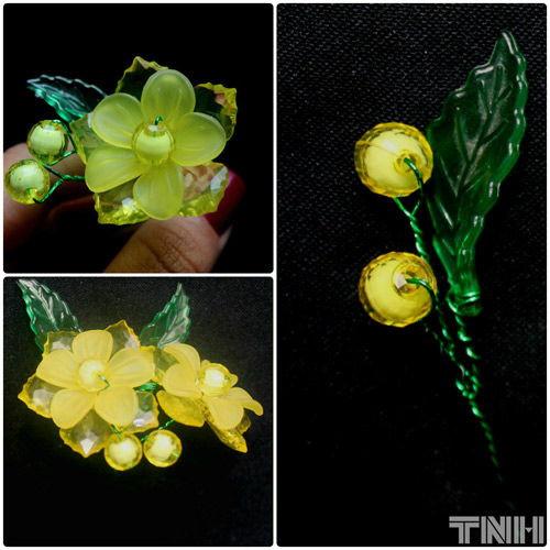 Bạn có thể để lá và nụ hoa mai ở xa bông hoa, hoặc bạn có thể để chúng gần bông hoa như hình mẫu