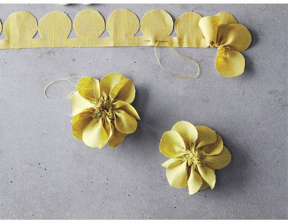 Hãy cắt mảnh vải theo chiều dài hình cắt, sau đó gấp từng lớp xếp lớp như cách bạn gấp làm quạt giấy. Sau đó cắt theo hình cánh hoa hình tròn. Dùng kim chỉ khâu túm lại như hình vậy là bạn đã có bông hoa xinh xắn rồi