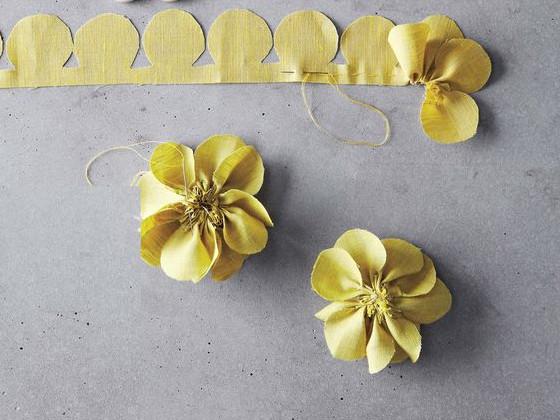 Bạn cắt vải như hình  dùng kim khâu mũi một và kéo căng chỉ để ghép các cánh hoa lại với nhau.