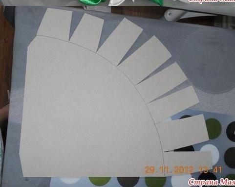 Cắt giấy thành hình như trên.