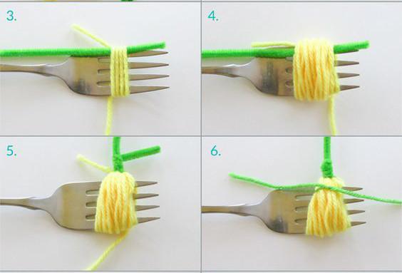 Bạn dùng 1 chiếc rĩa làm chuẩn cho kích thước bông hoa và làm trụ cho bông hoa. Đặt cành nhựa xanh làm thân cây cùng chiều với cây rĩa. Sau đó, dùng len vàng quấn quanh rĩa như hình.