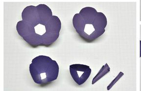 Bạn có thể tiếp tục làm các bông nhỏ hơn như hình để xếp so le tạo thành bông. Tiếp theo là bạn sắp xếp các cánh hoa lại với nhay và gắn lại vào đế