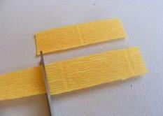 Cắt giấy thành hình vuông như hình trên.