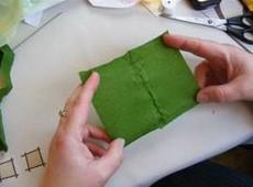 Làm lá cho hoa. bạn cắt giấy thành hình chữ nhật như trên hình.