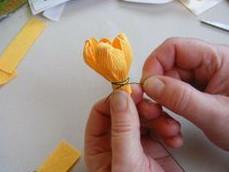 Tiếp tục quấn thêm các cách hoa khác.