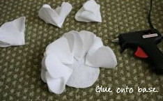 Dán những cách hoa vào một miếng vải hình tròng