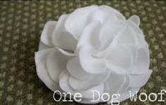 Tiếp tục dán những cách hoa để lấp đầy các thành một bông hoa hoàn chỉnh. như vậy là bạn đã có một bông hoa làm từ vải dạ rồi. Bạn có thể gắn thêm dây chun để làm dây buộc tóc, gắn thêm kẹp để làm kẹp tóc..... tùy ý thích của bạn. Chúc bạn thành công.