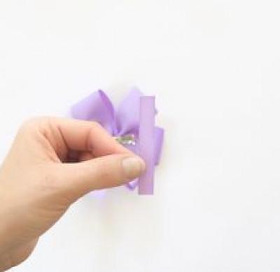 Dùng một dây nhỏ để cố định nơ tóc với phần kẹp.
