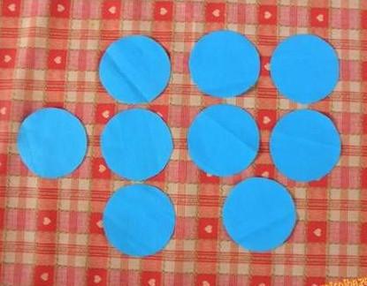 cắt vải thành hình tròn như trên hình.