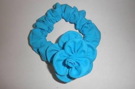 Bạn cũng có thể làm một chiếc dây buộc tóc như hình trên cũng rất dễ thương.