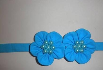 Hay làm một chiếc dây đội đầu, bờm tóc cho bé cũng rất tuyệt. như vậy là chúng ta đã làm xong một bông hoa tuyệt đẹp bằng vải mềm rồi. chúc các bạn thành công nhé.