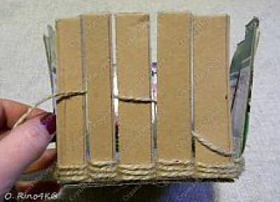 Cắt bìa carton và đan dây vào như hình.