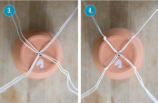 Luồn qua đáy lên trên như hình. buộc thắt nút 2 dây một lại với nhau.
