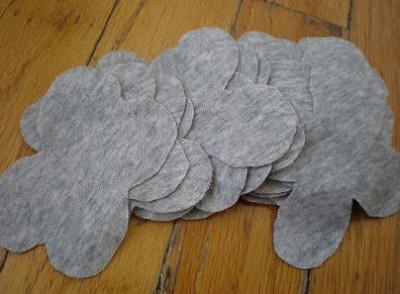 Cắt cánh hoa thành 4 cánh như vậy. bạn cần trang trí nhiều thì cắt nhiều thêm nhé.