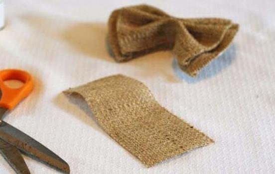 cắt 2 miếng vải dạ hình vuông xếp trồng lên nhau khâu mũi một ở phần giữa. cắt một miếng vải hình chữ nhật để làm đai quấn ở giữa