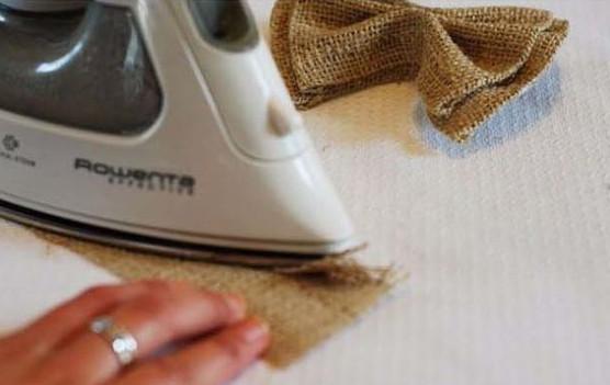 gấp miếng vải từ mép rìa vào giữa và dùng bàn là. để là cho nó vào nếp