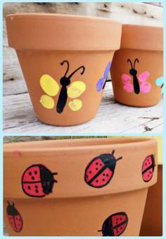 Tùy ý các bạn vẽ những con vật hay hình ảnh sinh động lên chậu. Mình thì vẽ bướm và bọ rùa con gái mình thích. Chúc các bạn có vườn cây hoa lá sinh động nha.