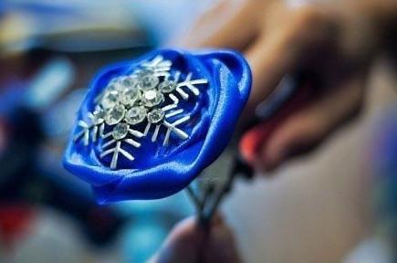dùng đá kim cương để trang trí... bạn có thể sử dụng các vật dụng khác nhé. tùy theo ý thích của bạn.
