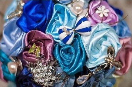 Bạn có thể dùng thêm các trang trí khác để làm bông hoa cưới của chung ta đẹp hơn.