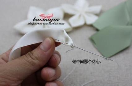 Để làm phần nhị hoa. ta gấp đôi dây ruy băng lại gấp chéo mở mép và khâu mũi một ở viền gấp.
