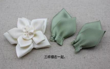 Cố định 2 bông hoa và phần nhị hoa vừa rồi ta được một bông hoa như hình trên. phần lá hoa ta cũng khâu mũi một và kéo căng để phần cuối hơi cong lại
