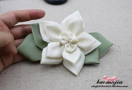 Dùng keo nến cố định phần lá hoa với bông hoa ta được như hình trên.